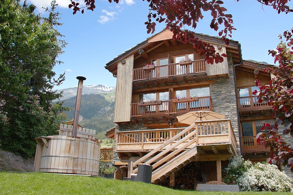 facade-chalet-avec-terrasse-ete